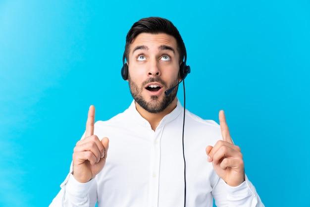 Operador de jovem com fone de ouvido