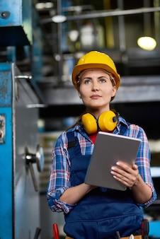 Operador de máquina feminino focado no trabalho