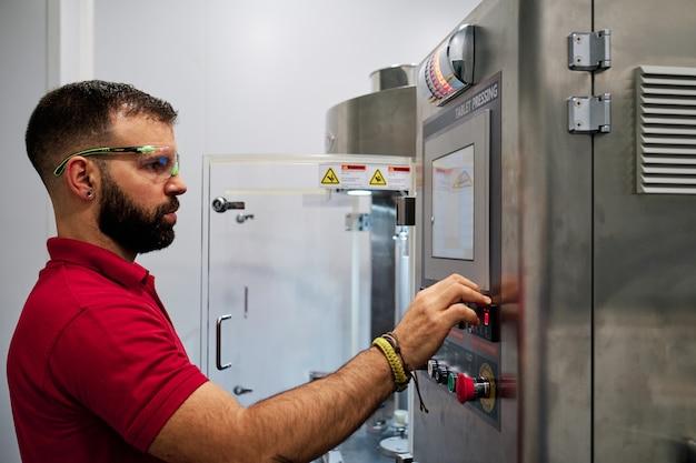 Operador de máquina industrial moderna no trabalho