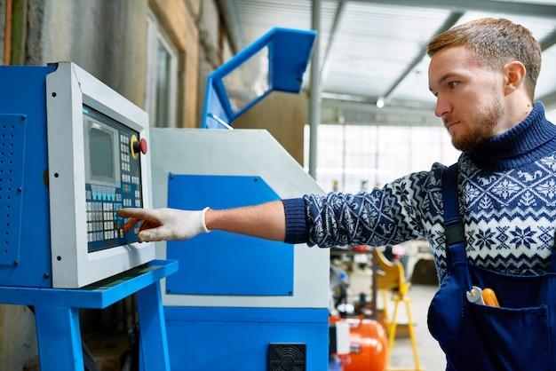 Operador de máquina moderna na fábrica