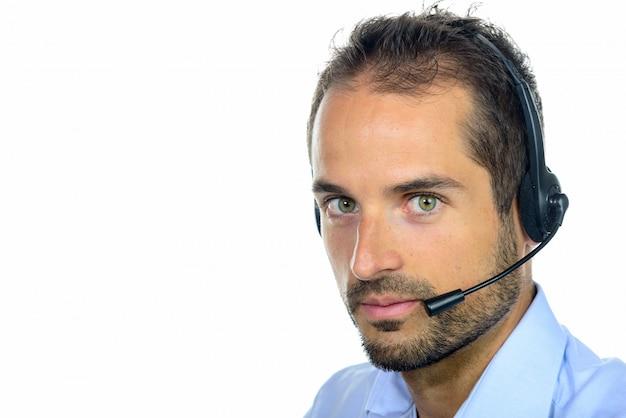 Operador de serviço ao cliente bonito usando um fone de ouvido