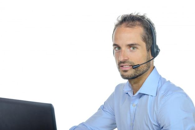 Operador de serviço ao cliente considerável usando um fone de ouvido