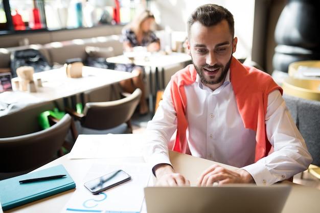 Operador de sucesso trabalhando no café
