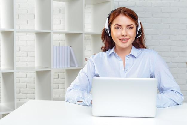 Operador de suporte ao cliente que trabalha em um escritório de call center
