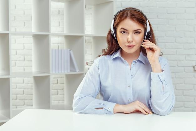Operador de suporte ao cliente trabalhando em um escritório de call center