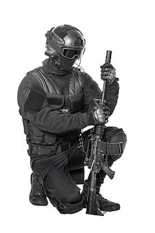Operador de swat com rifle de atirador