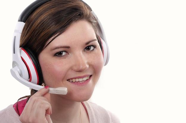 Operador de telefone de suporte feminino jovem no fone de ouvido closeup
