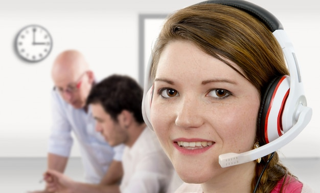 Operador de telefone de suporte feminino jovem no fone de ouvido