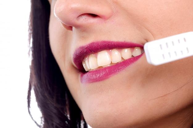 Operador de telefone de suporte feminino morena no fone de ouvido, close-up