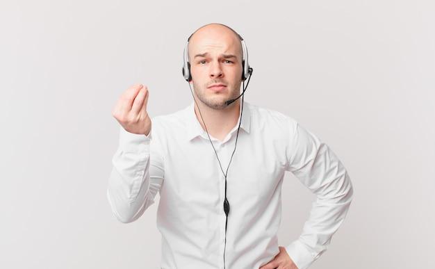 Operador de telemarketing fazendo capice ou gesto de dinheiro dizendo para você pagar suas dívidas