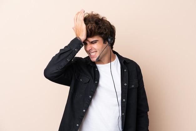 Operador de telemarketing homem trabalhando com um fone de ouvido sobre parede isolada, tendo dúvidas com a expressão do rosto confuso