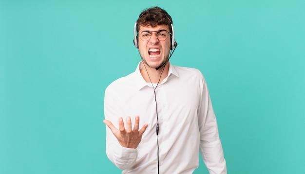 Operador de telemarketing parecendo zangado, irritado e frustrado gritando wtf ou o que há de errado com você
