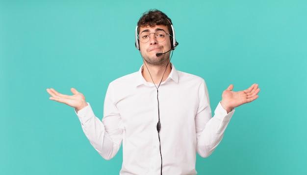 Operador de telemarketing se sentindo perplexo e confuso, duvidando, ponderando ou escolhendo opções diferentes com expressão engraçada