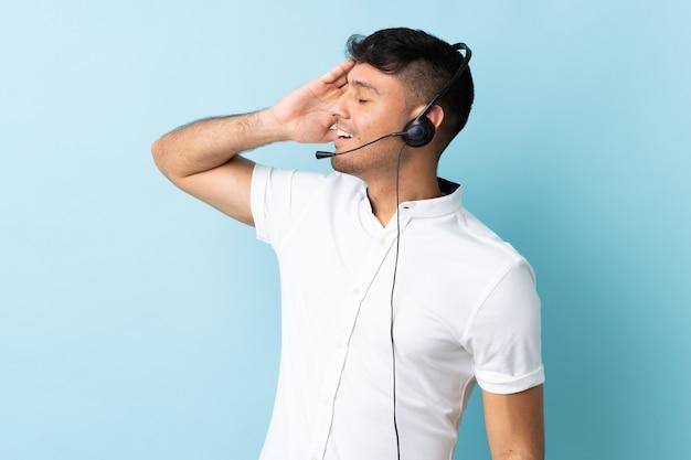 Operador de telemarketing trabalhando com fone de ouvido isolado e sorrindo muito