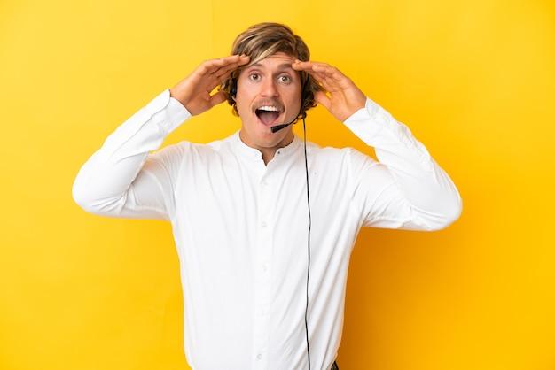 Operador de telemarketing trabalhando com fone de ouvido isolado