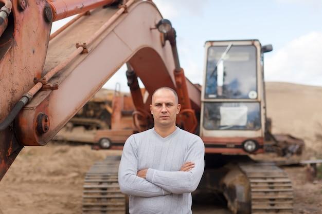 Operador de trator em poço de areia