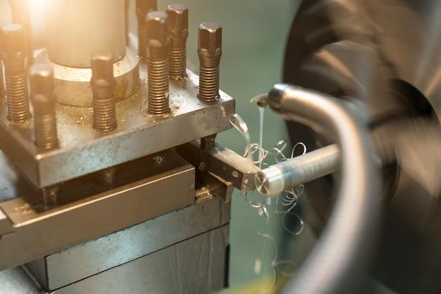 Operador de usinagem de peças automotivas por máquina de tornear cnc