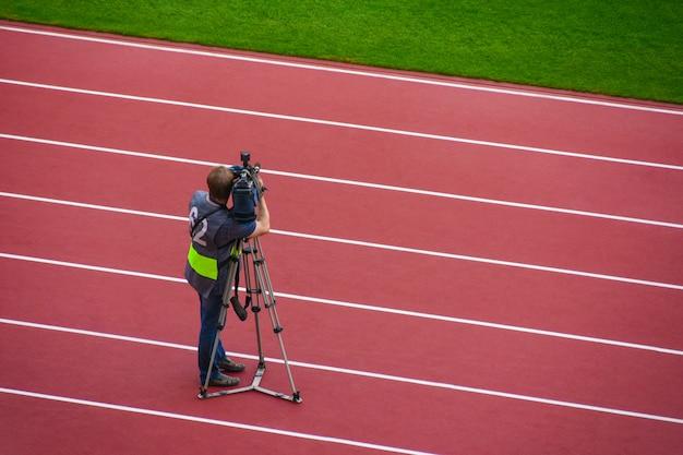 Operador de vídeo filma as competições esportivas de câmera no estádio