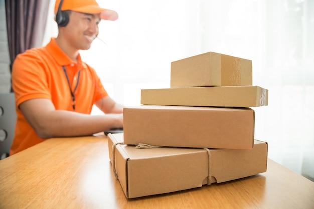 Operador online de call center de entrega.