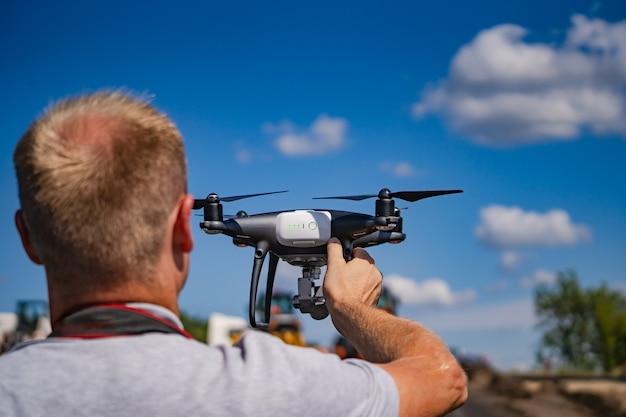 Operador segurando quadrocopter nas mãos.