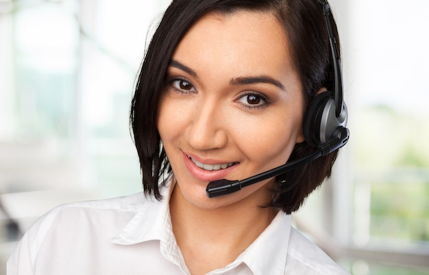 Operadora de call center feminino no fundo do escritório