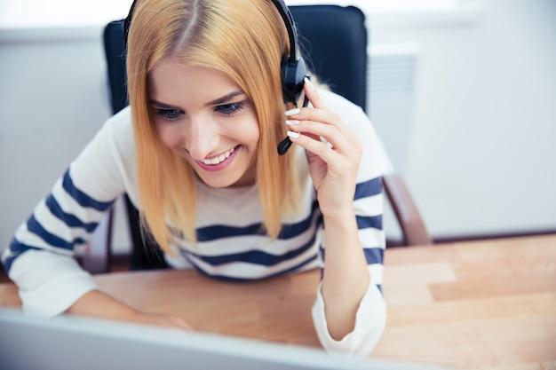 Operadora de cliente no fone de ouvido