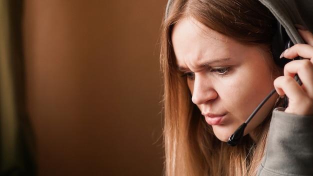Operadora de garota confusa com fone de ouvido remoto trabalhando em casa em uma central de atendimento