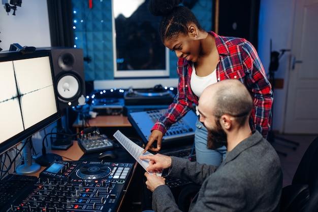 Operadora de som e cantora, estúdio de gravação