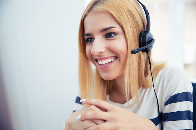 Operadora jovem feliz em fones de ouvido