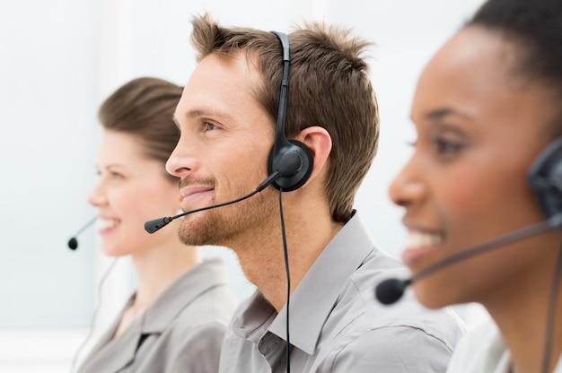 Operadores de telefone felizes