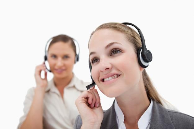 Operadores sorridentes usando fones de ouvido