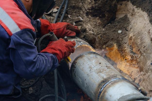 Operário consertando conceito de reparo de tubulação de esgoto principal de água quebrada