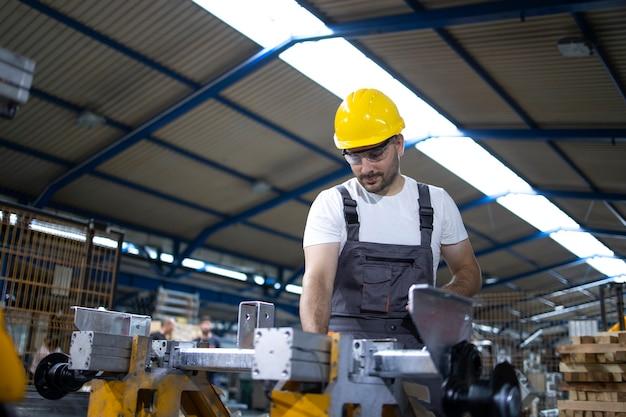 Operário de fábrica operando máquina industrial