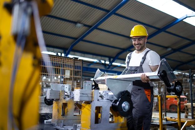 Operário de fábrica trabalhando em linha de produção industrial