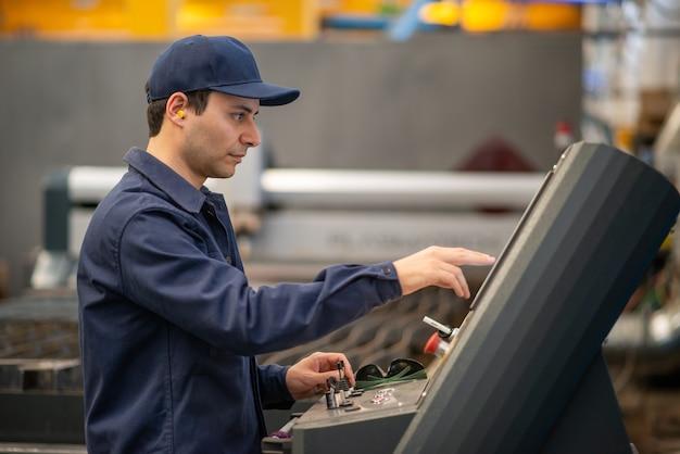 Operário de fábrica usando máquina de corte por plasma