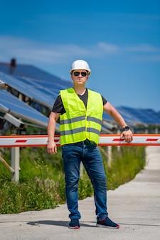 Operário especializado em medição de eficiência de operação e manutenção em usinas solares.