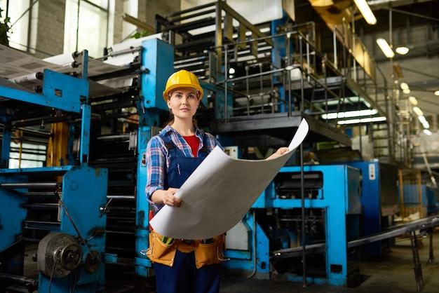 Operário feminino na oficina moderna