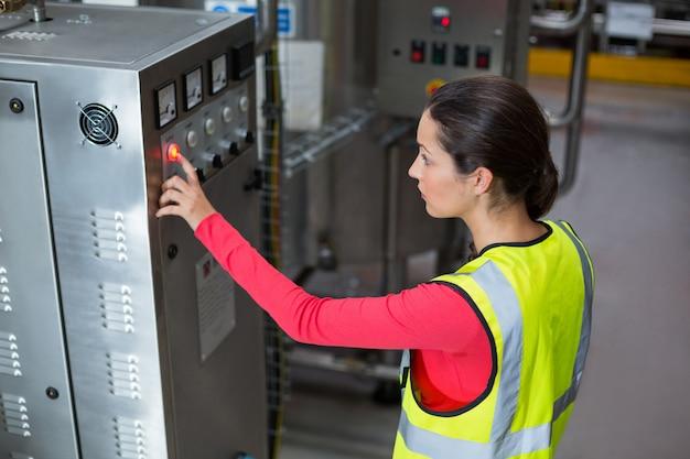 Operário feminino operando máquina