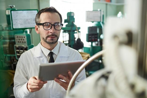 Operário maduro usando tablet
