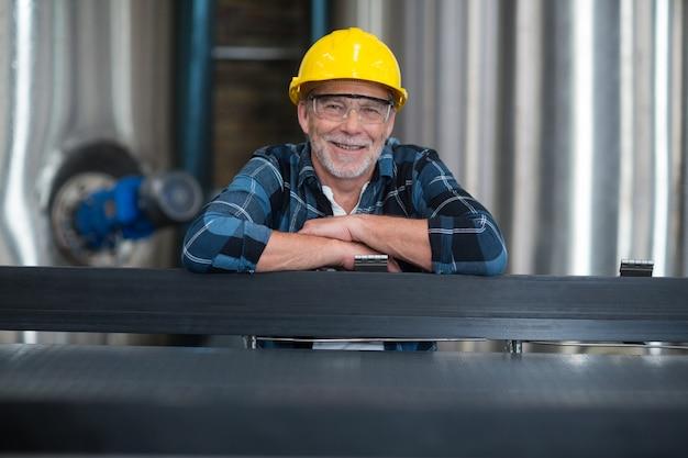 Operário masculino na fábrica de produção de bebidas