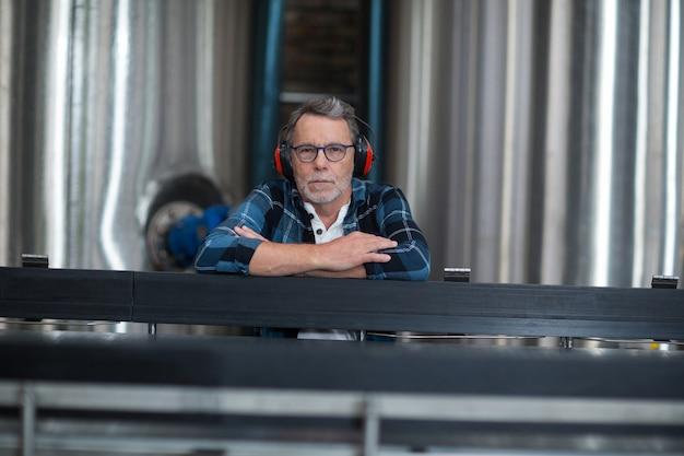 Operário masculino sentado na fábrica de produção de bebidas