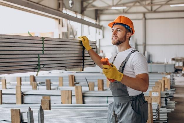 Operário no armazém com capacete laranja