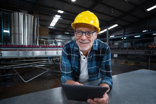 Operário usando um tablet digital