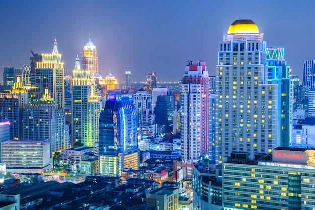 Opinião aérea da skyline da cidade de banguecoque na noite e nos arranha-céus do midtown banguecoque.