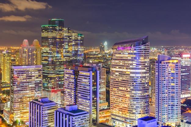 Opinião aérea da skyline da cidade de banguecoque na noite
