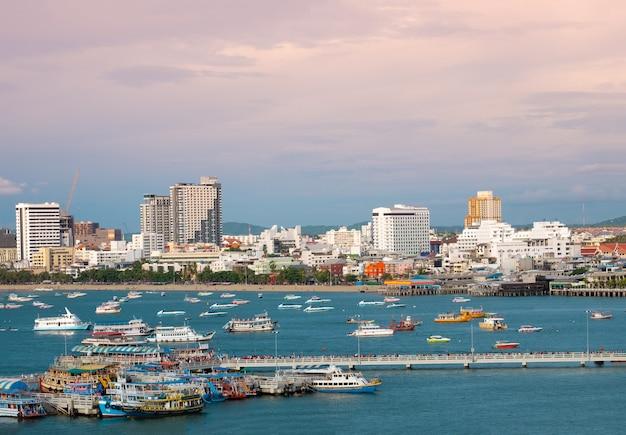 Opinião bonita da baía do scape da cidade de pattaya.
