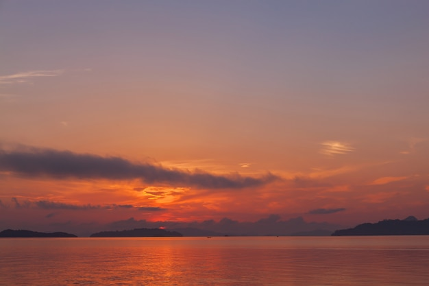 Opinião bonita da natureza da paisagem na manhã com reflexões durante o cenário do nascer do sol.