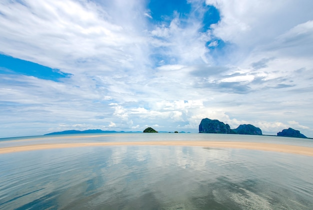 Opinião bonita do mar e céu nebuloso azul da lente larga do ângulo.