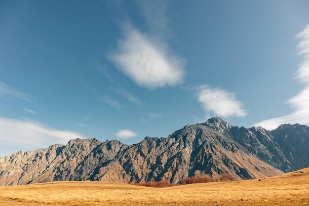 Opinião colorida da paisagem da montanha com o céu azul vívido em europa.