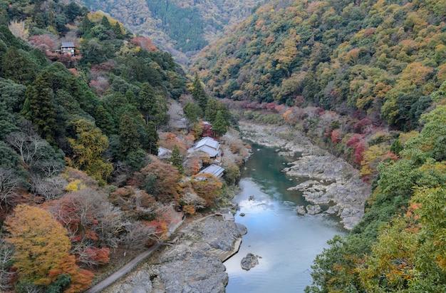Opinião da cor do outono da paisagem da montanha de asashiyama e do rio de hozugawa em kyoto, japão